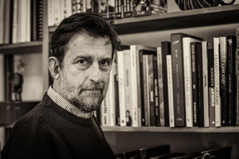 """Nanni Moretti, filminstruktør -  Filminstruktør Nanni Moretti er en af Italiens mest kendte og anerkendte filminstruktører. Hans film har været premieret både i Italien og i udlandet. Især skal nævnes filmen """"Sønnens værelse"""" fra 2001, der vandt førstepræmie (Guldpalmen) i Cannes. Hans film """"Kære Dagbog"""", som jeg citerer fra i min tekst, vandt prisen """"Bedste Drejebog"""" ved Cannes-festivalen i 1993. Foto af Jesper Storgaard Jensen."""